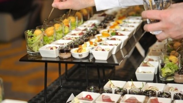 Cateringpersonal bereitet das Buffet vor